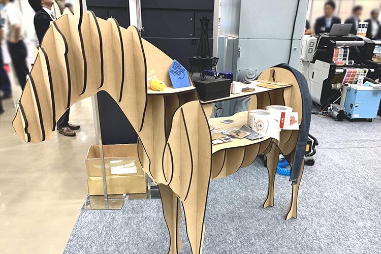 SEI社製レーザー加工機(レーザーカッター)で制作したレーザーオブジェ、MDF製馬型の棚什器(シェルフ)
