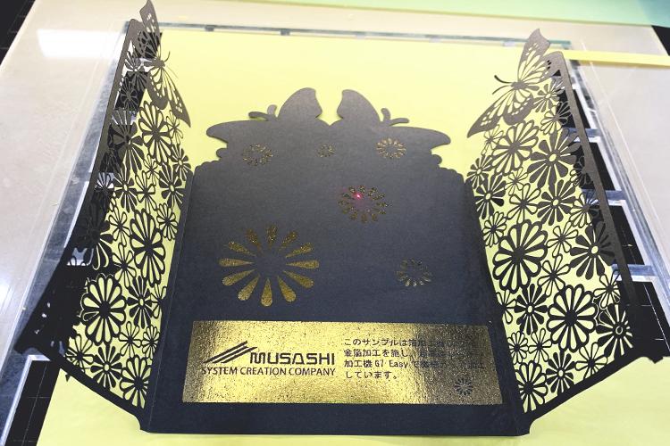 2019九州印刷情報産業展でレーザーカッター(レーザー加工機)で紙をデザインカットするデモンストレーションをしたSEI社製レーザー加工機「EASY」