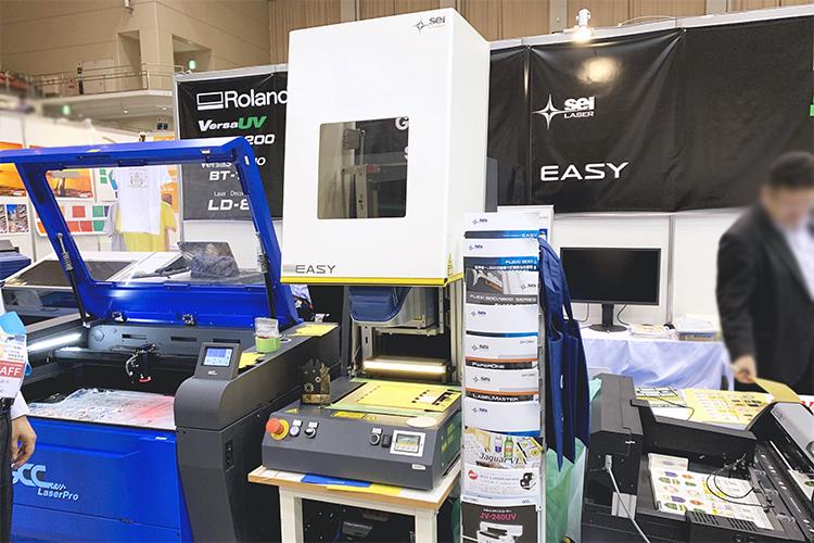 2019九州印刷情報産業展でコムネットが出展したSEI社製レーザー加工機「EASY」、GCC社製レーザーカッター「S400」