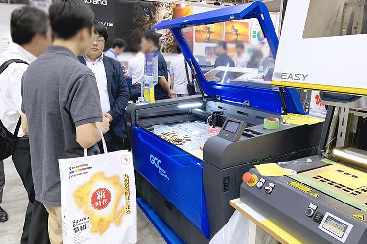 新製品GCC社製レーザーカッター「S400」のデモンストレーションを2019九州印刷情報産業展されたお客様にご覧いただきました。