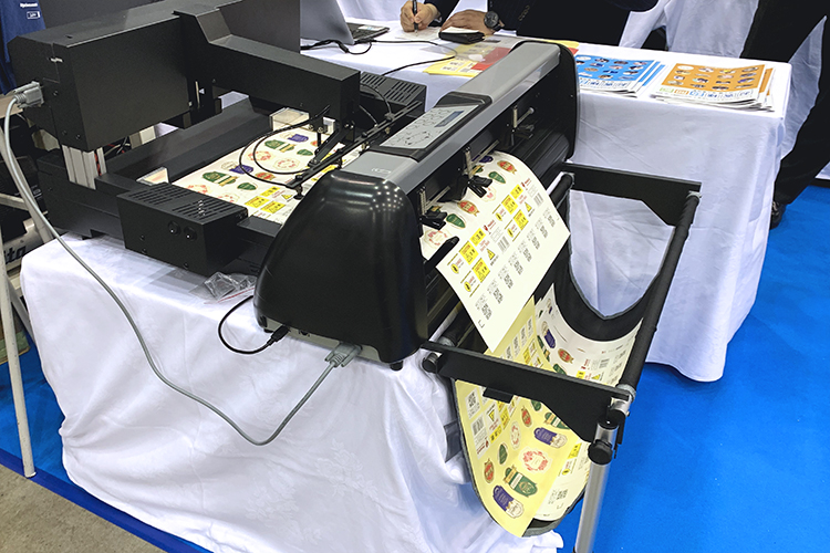 2019九州印刷情報産業展・九州サイン&デザインディスプレイショウ(福岡県)にコムネット出展ブース:新製品レーザーカッターを出展