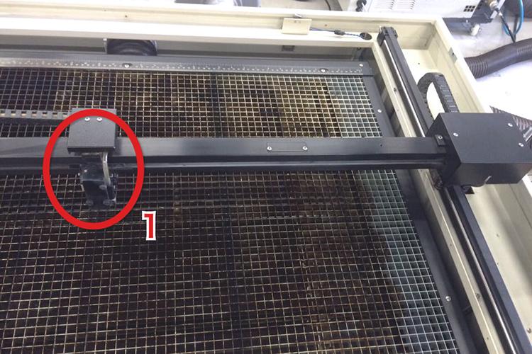 レーザーカッター・レーザー加工機のモーター部分の清掃方法:X軸センサー板を清掃します。