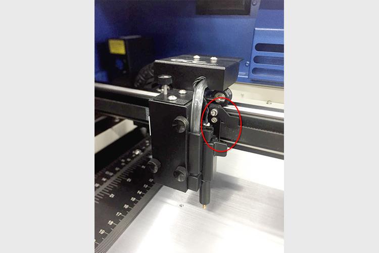 レーザーカッター・レーザー加工機のヘッド部にあるX軸センサーバーの場所