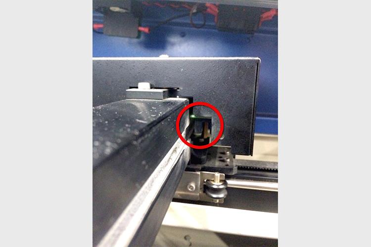 レーザーカッター・レーザー加工機のモーター部分の清掃方法:センサー場所はレールの右端にあります。