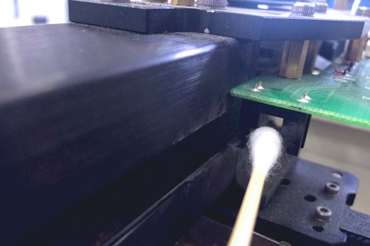 レーザーカッター・レーザー加工機のヘッド部センサーの清掃方法:アルコールで湿らせた綿棒でセンサー内側を清掃します。