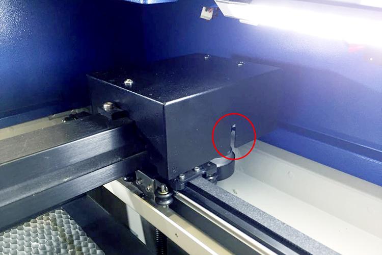 レーザーカッター・レーザー加工機のY軸センサーは機械本体の右側手前にあります。
