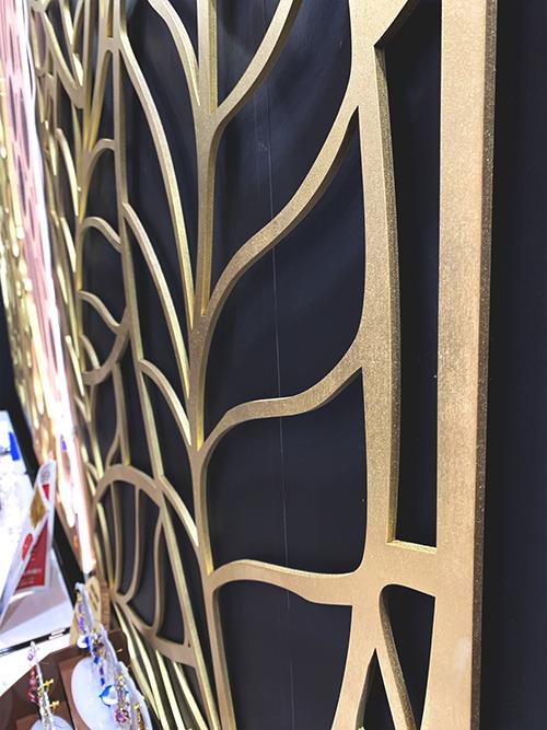 MDFをレーザー加工機(レーザーカッター)でレーザーカットした後、ゴールドに塗装した壁面パネル
