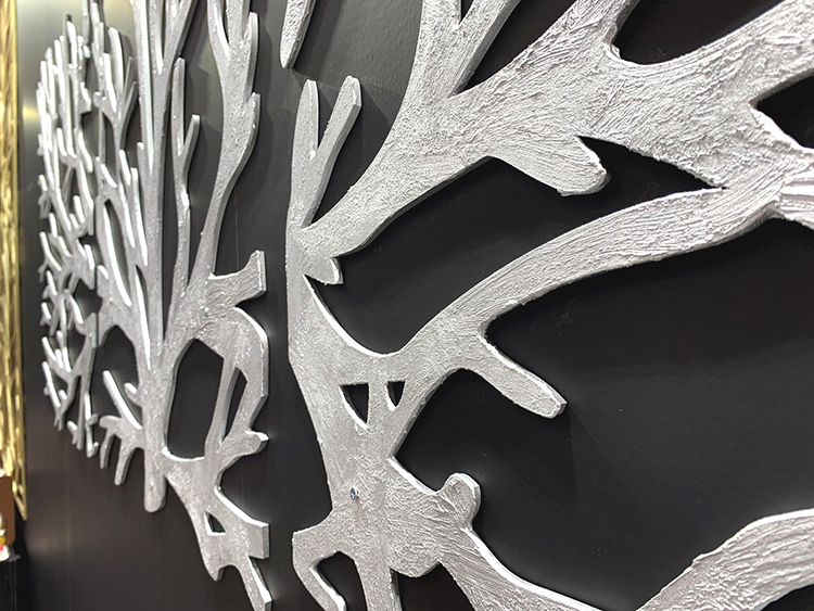 下地材「デコボコベース」を厚めに塗ったMDF製木のデザインパネル(「SIGN EXPO 2019」コムネット展示ブースに出展)