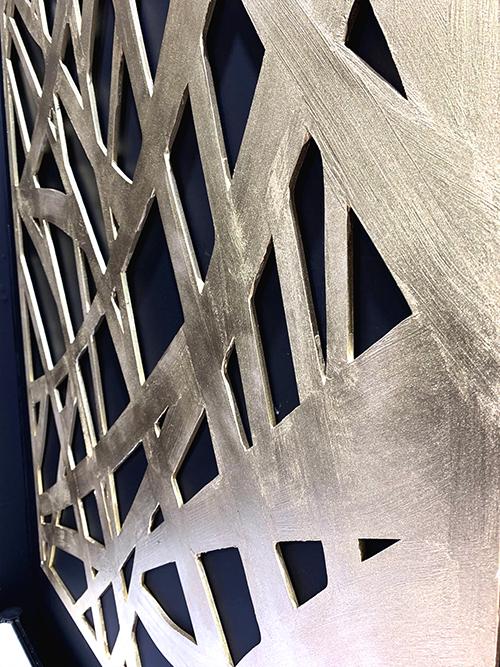 下地材「デコボコベース」を刷毛で塗ることで線の重なりを表現したMDF製壁面パネル(「SIGN EXPO 2019」コムネット展示ブースに出展)