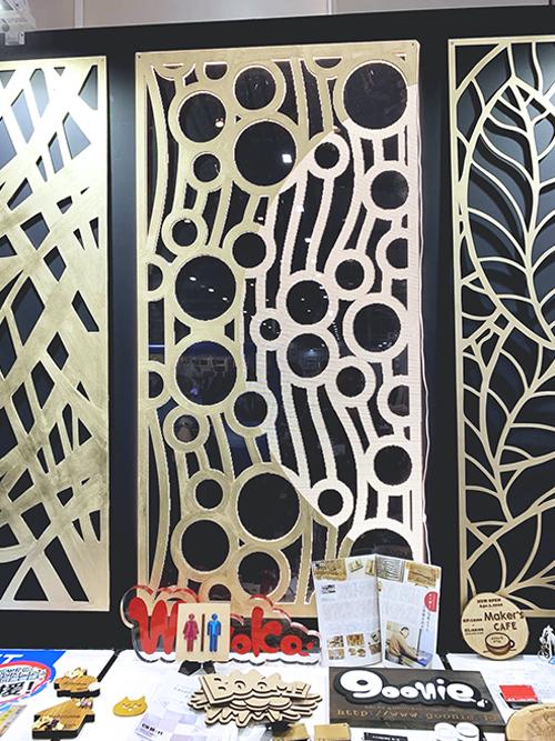 下地材「ザラザラベース」とゴールド塗装したMDF製壁面パネルにアクリル製導光板を組み合わせた(「SIGN EXPO 2019」コムネット展示ブースに出展)
