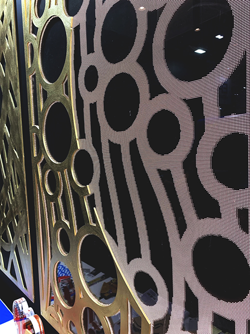 アクリル製導光板は、レーザー加工機(レーザーカッター)でドットの模様を作ると、光が反射して面発光をします。(「SIGN EXPO 2019」コムネット展示ブースに出展)