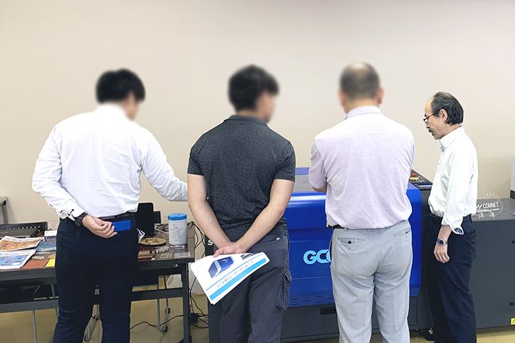 コムネットとローランド ディー.ジー.株式会社様とのコラボレーションイベント「レーザーカッター・UVプリンターの最新ソリューション」の静岡県 静岡市と浜松市のふたつの会場では新発売のメンテナンス性が高いレーザー加工機 GCC LaserProシリーズ 「S400」を出展しました。