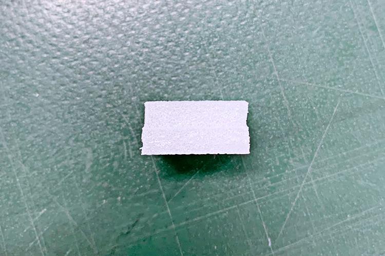 レーザーカッター・レーザー加工機でレーザーカットしたポリエチレン材質のカラーボードの断面は綺麗です。