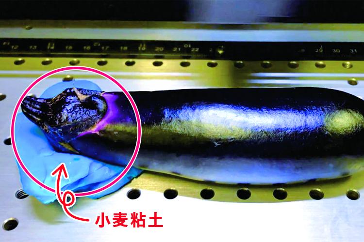 レーザー加工する際に高さの調整・固定が難しい場合は100円均一でも購入できる小麦粘土を加工物の下に置くと簡単にできます。