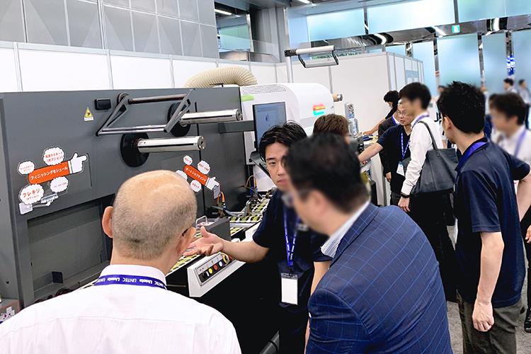 ラベルフォームジャパン2019(シール・ラベル専門の総合展示会)では小ロット・大量生産が可能なラベル・シール向けレーザー加工機(レーザーカッター) SEIシリーズ LabelMaster(ラベルマスター)をお客様にご提案いたしました。