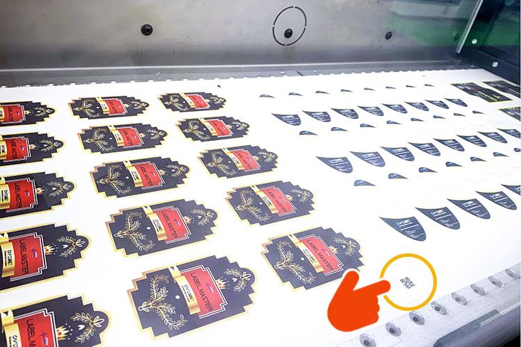 ラベルフォームジャパン2019でコムネット株式会社が出展したロール対応シール・ラベル向けレーザー加工機(レーザーカッター) SEIシリーズ LabelMaster(ラベルマスター)のレーザーカットが行われるレーザーヘッド内部