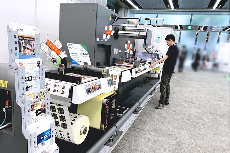 ラベルフォームジャパン2019出展した大量生産ができるオペレーターへの操作負担を減らしたロールtoロール方式のシール・ラベル向けレーザー加工機(レーザーカッター)SEIシリーズ LabelMaster(ラベルマスター)
