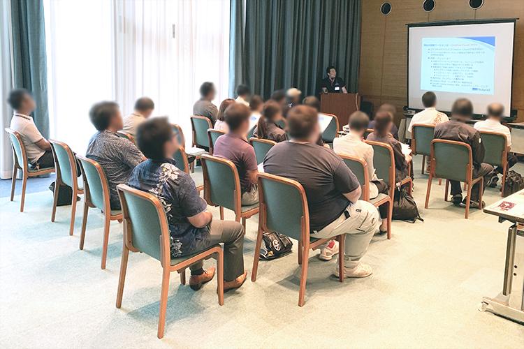 沖縄県で開催されたコムネット株式会社とローランド D.G株式会社様の合同開催展示会では、毎日グッズビジネスのノウハウを交えたセミナーを開催しました。