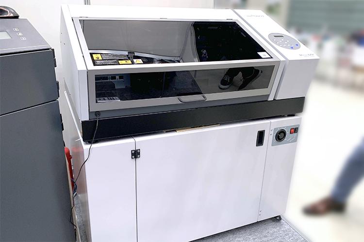 次世代森林産業展2019(FORESTRISE 2019)でレーザー加工機(レーザーカッター)と一緒に加工機としてご提案した、ローランド ディー.ジー.株式会社様が出展されたUVプリンター