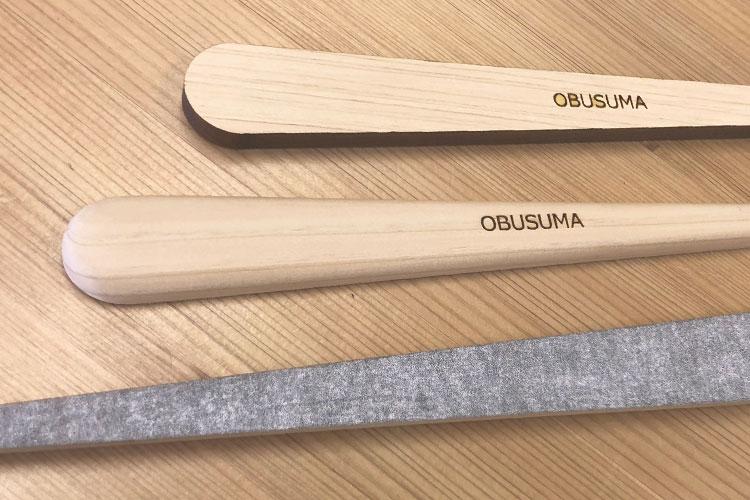 木材をレーザーで切り出した後、手作業で磨いて仕上げています。