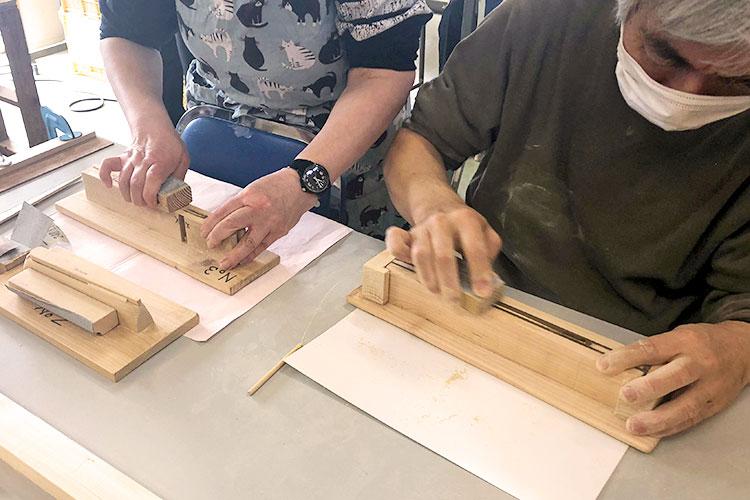 木製品の仕上げの磨き作業:製品をしっかりと固定できる治具のおかげで時間短縮に。