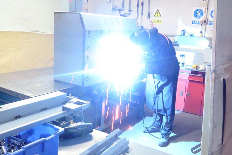 レーザーカッターの製造工程:レーザー筐体の溶接