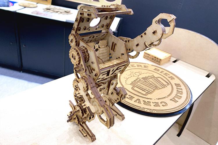 サイン&ディスプレイショウ2019(SIGN&DISPLAY SHOW 2019)出展サンプル:レーザー加工機(レーザーカッター)で切り出したMDFを組み立てて制作したミニチュアロボット模型