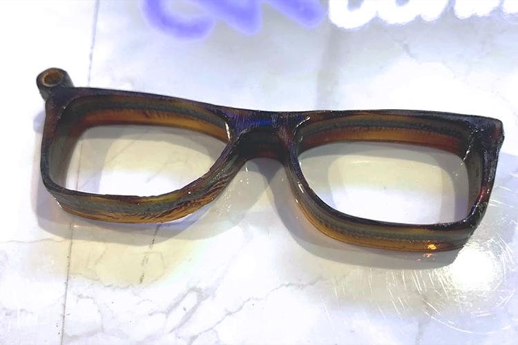 北陸地方産業レーザー活用事例:福井県「眼鏡の材料をカット・メーカー名の彫刻」