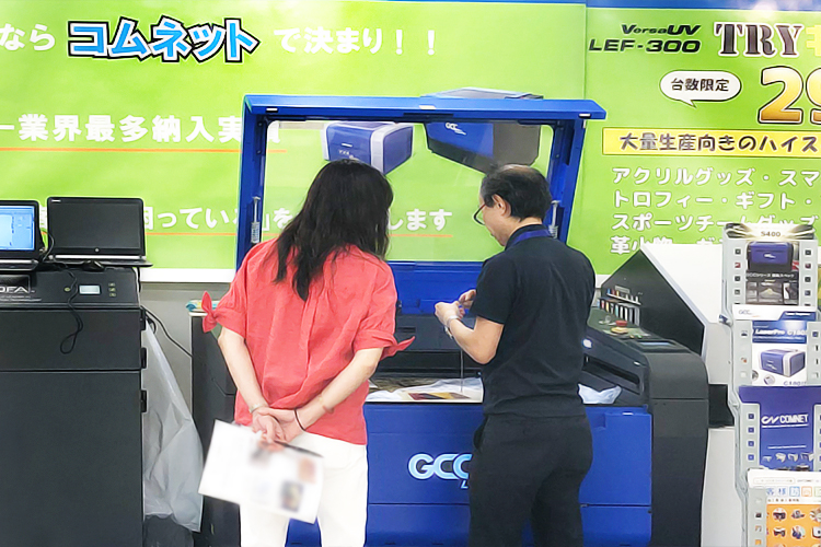オーダーグッズ・ビジネスショー2019(OGBS2019)東京開催時、レーザー加工機・レーザーカッター「S400」のデモンストレーション風景