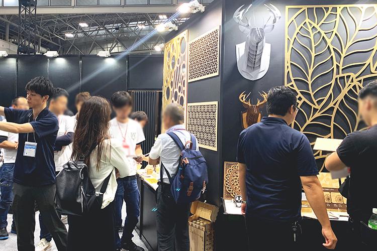 コムネットは「日本木工機械展/ウッドエコテック2019」でレーザー加工機・レーザーカッターで製作した木工サンプルをお客様にご覧いただきました。