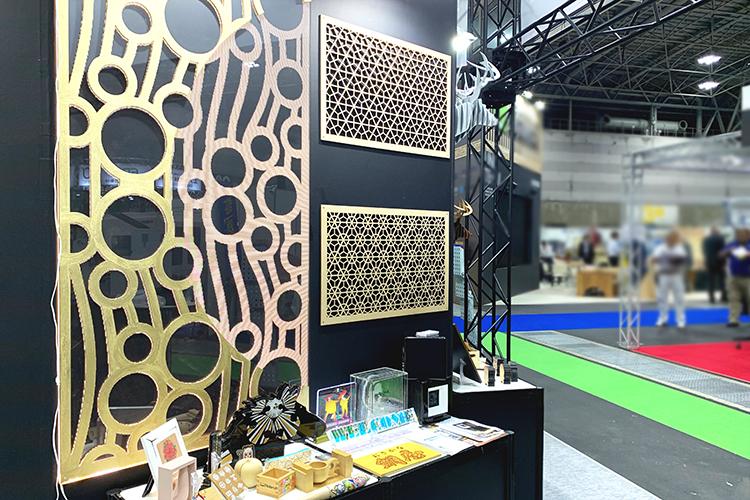 コムネットが「日本木工機械展/ウッドエコテック2019」に出展したサンプル:レーザー加工機・レーザーカッターでデザインを彫刻加工した壁面パネル集