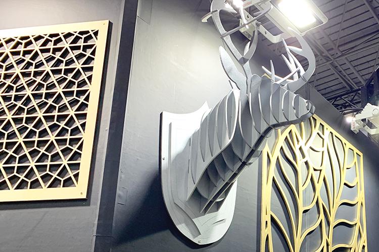 コムネットが「日本木工機械展/ウッドエコテック2019」に出展したサンプル:レーザー加工機・レーザーカッターで製作した鹿の木製ハンティング トロフィー