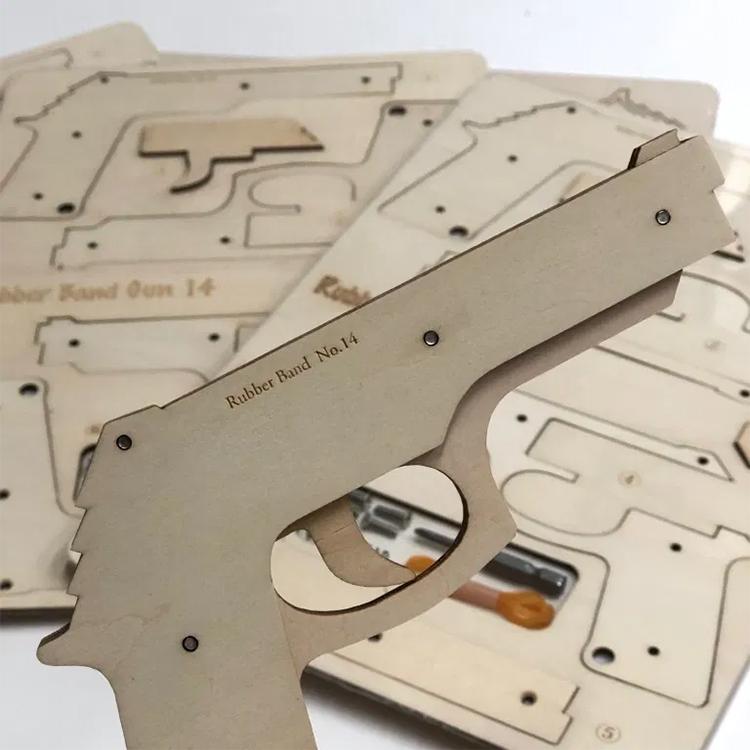 レーザー加工機・レーザーカッター導入事例:株式会社スリーエイト様は、看板・ドローンサーキット製作以外にもオリジナルグッズ・ノベルティとして名入れ彫刻した木製輪ゴム鉄砲をレーザー加工機・レーザーカッターで製作されており、オーダーグッズとして人気の商品です。