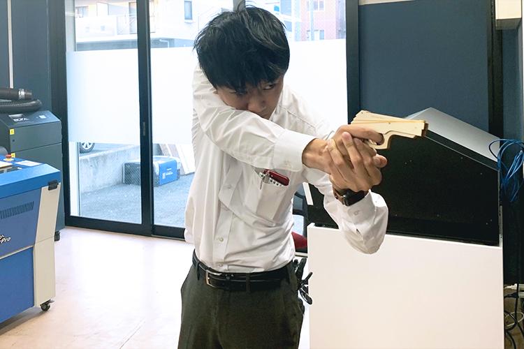 株式会社スリーエイト様が、レーザーカッター・レーザー加工機「SPIRIT GLS」で製作されている名入れ彫刻した木製輪ゴム鉄砲は、コムネット社員も手放したくないと思うほどの高クオリティです!