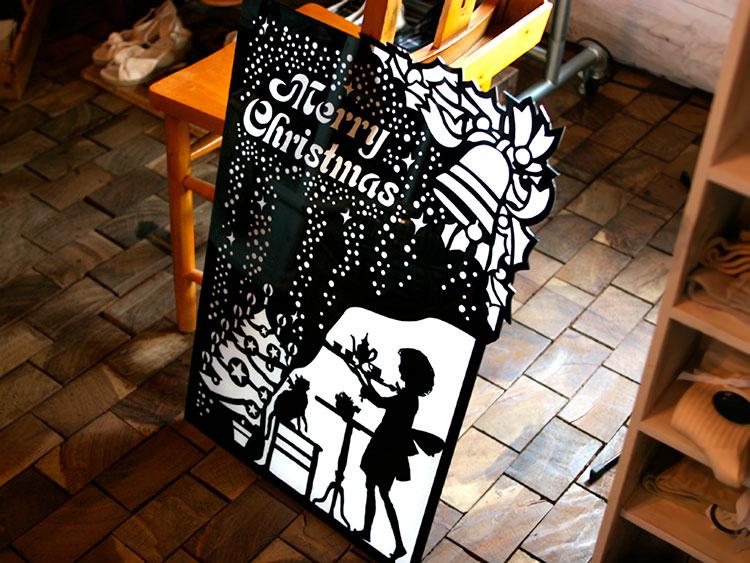 黒吹きアクリルプレート・アクリル板の活用例:店舗の案内板・ディスプレイ