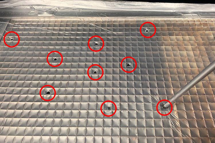 集塵機の吸引率を上げる方法3:レーザーカッター(レーザー加工機)のハニカムテーブル上に覆った養生シートへ穴をあける。