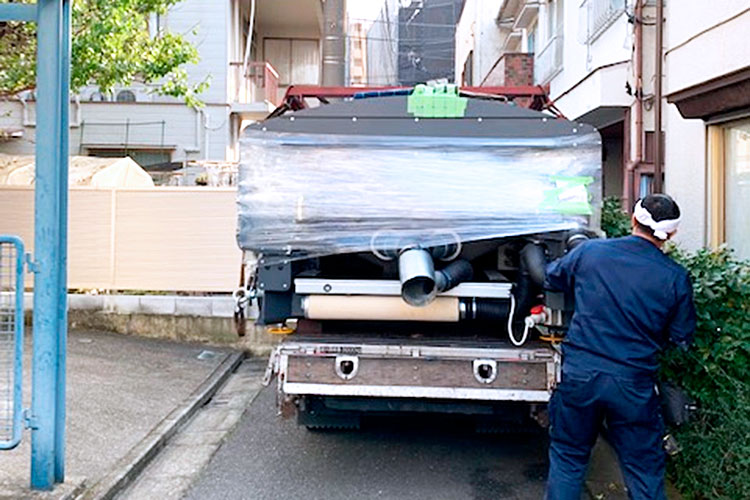 株式会社エトワール様のレーザー加工機の搬入・設置①:トラックから機械がはみ出しています。