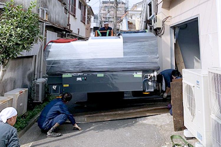 株式会社エトワール様のレーザー加工機の搬入・設置②:道幅も狭く、慎重に搬入口まで運んでいただきました。