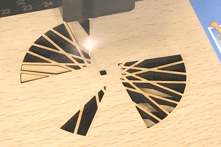 木目調のシートが両面に貼られたMDF「モクスタイル」をパーツごとにレーザーカットする