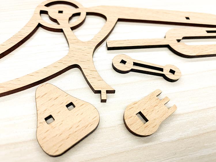 木製組立模型を作るために、レーザー加工機でMDF商材「モクスタイル」をパーツごとにカットする