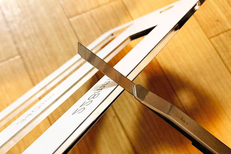 レーザーカッターで「厚さ測定定規」をつくってみました!:カット断面のカドが立っているので、カッターナイフで削って、滑らかにします。