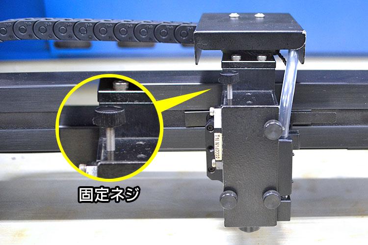 レーザーヘッド上部にミラーを固定するネジがあります。(GCC LaserProシリーズのレーザーカッターの場合)