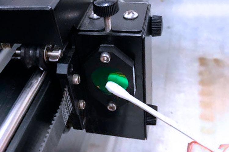 防塵レンズの清掃方法:綿棒にクリーナー液を浸透させて、表面についた汚れを取り除いてください。