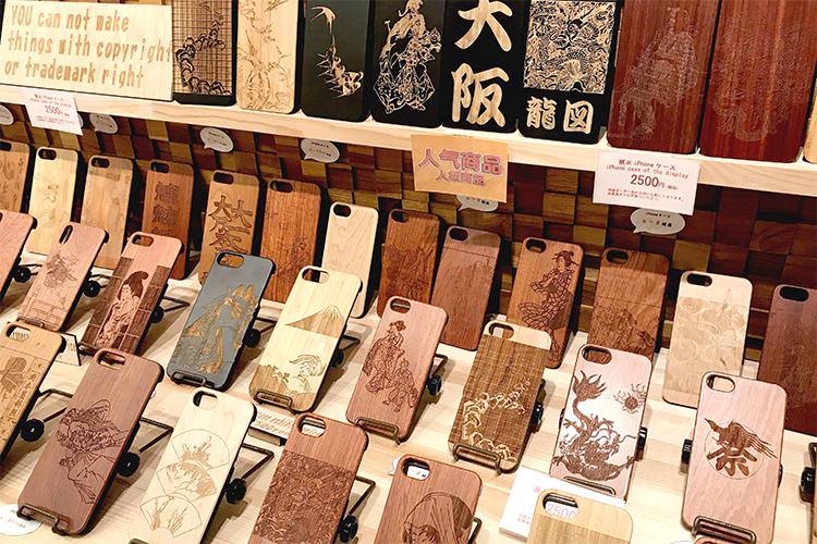 漢字や浮世絵をレーザー彫刻した木製スマートフォンケース|K-factory南船場店様|レーザー加工機の導入事例