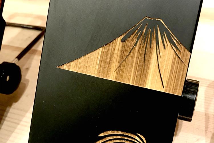 木製スマートフォンケースのレーザー彫刻面|K-factory南船場店様|レーザー加工機の導入事例