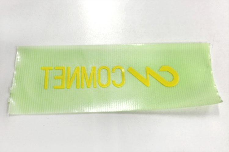 カッティングシートのレーザー加工:リタック紙(画像は養生テープ)を使って、カッティングシートを貼り付けます。