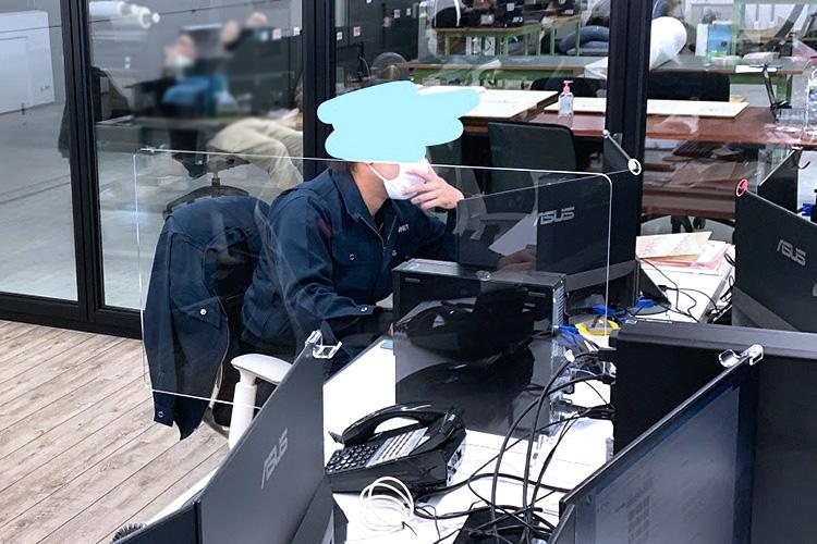 社員デスクの間にパーテーションを設置して飛沫感染を防止|アクリルパーテーション・仕切り板|レーザーカッターでつくるコロナウイルス感染予防グッズの製作事例