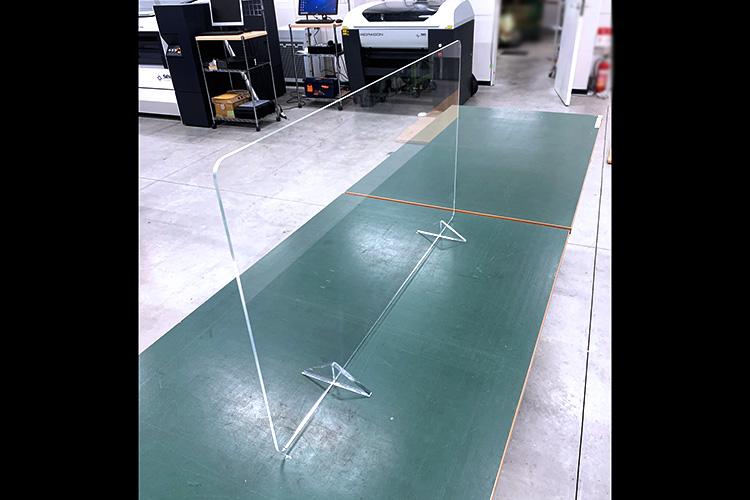アクリルパーテーション・仕切り板の全体写真|レーザーカッターでつくるコロナウイルス感染予防グッズの製作事例