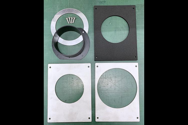 金属板を切り出して作成した集塵消臭機の外排気用改造パーツ