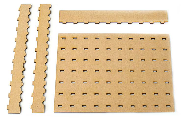 土台となるパーツ、縦位置を合わせるための固定用パーツ、材料を支えるための固定用パーツ(2つ)の4つのパーツで構成|コムネット特製「フジタ式治具」|レーザー加工道場|コムネット